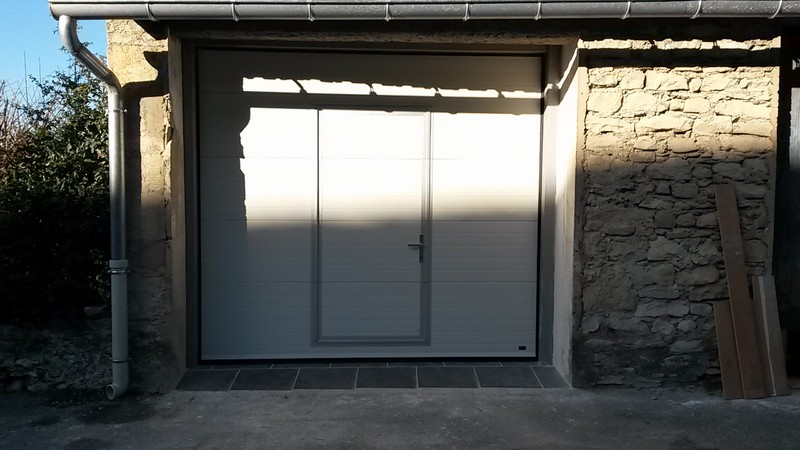 Portes de garages battantes sectionnelles lat rales for Porte garage sectionnelle avec portillon
